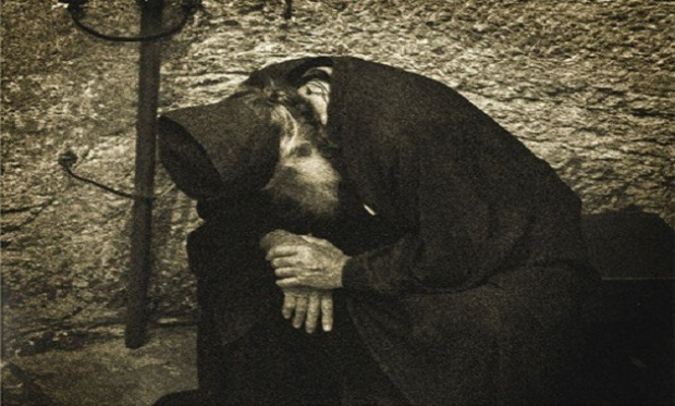 monk-in-prayer-orthodox